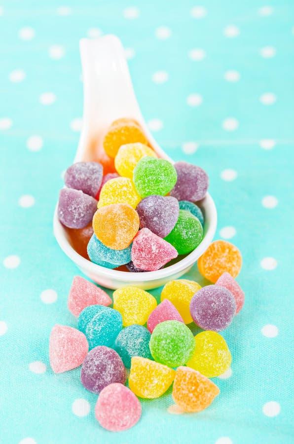 Красочные конфеты студня в белой ложке стоковые изображения rf