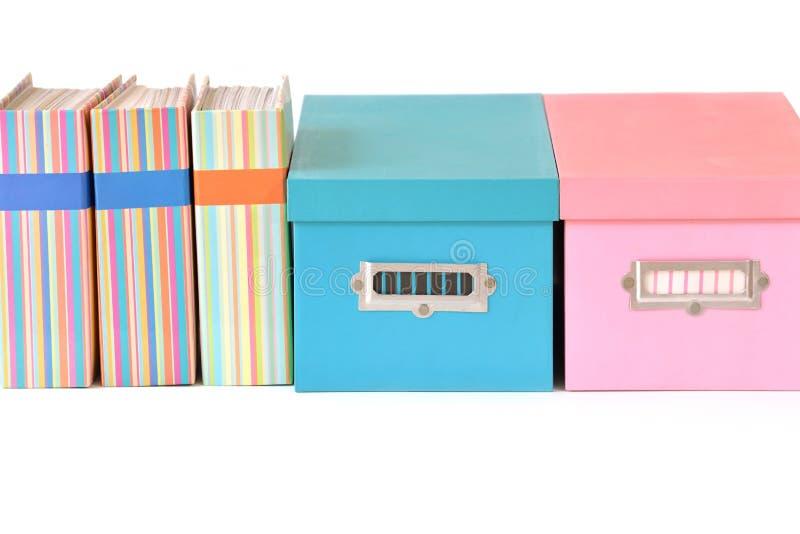 Красочные коробки и связыватель стоковое изображение