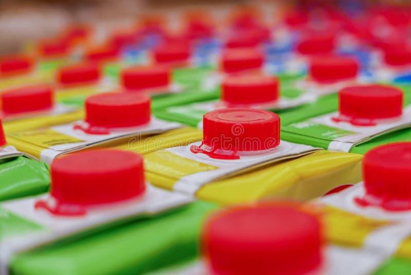 Красочные коробки сока с красной завинчивой пробкой в полке супермаркета стоковая фотография rf