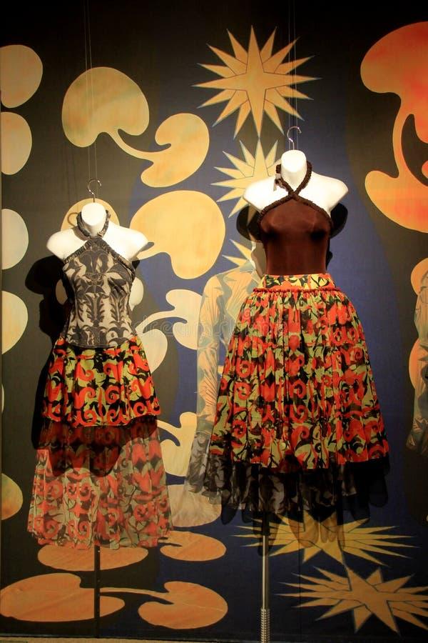 Красочные костюмы танца на манекенах, комплекте против gaily покрашенных стен, Национальном музее танца, Saratoga, Нью-Йорке, 201 стоковые фотографии rf