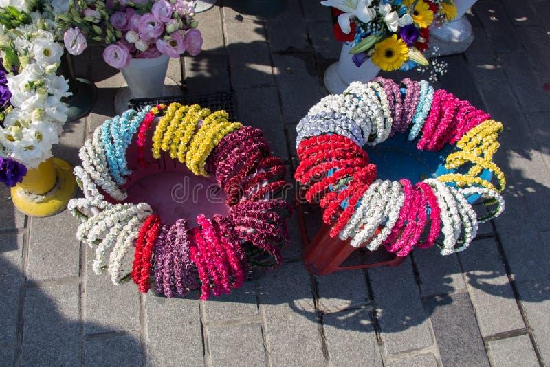 красочные кроны сделанные из поддельных цветков стоковые фотографии rf