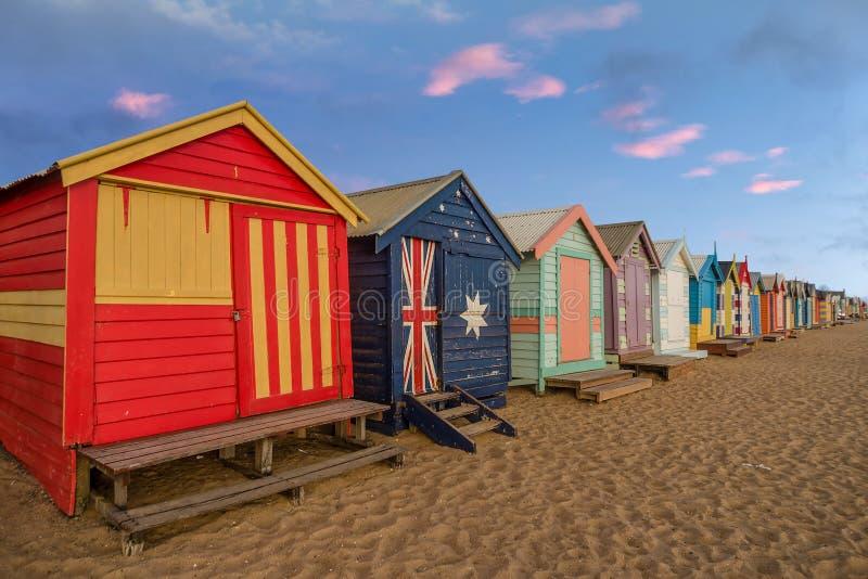 Красочные купая коробки на Брайтоне приставают к берегу в Мельбурне, Australi стоковое изображение rf