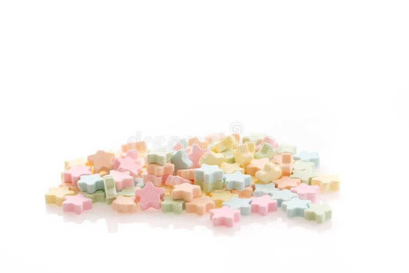 Красочные лепешки молока звезды изолированные в белизне стоковое фото