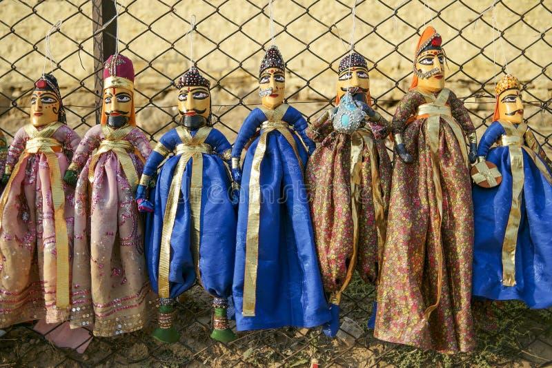 Красочные марионетки Раджастхана вися в магазине озера Gadhisar стоковые фото
