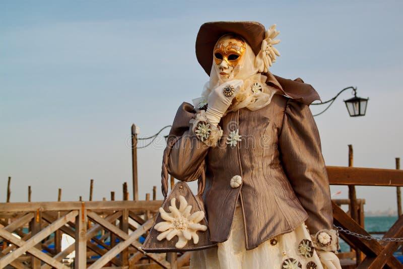 Красочные маска и костюм бежев-золота масленицы на традиционном фестивале в Венеции, Италии стоковые изображения