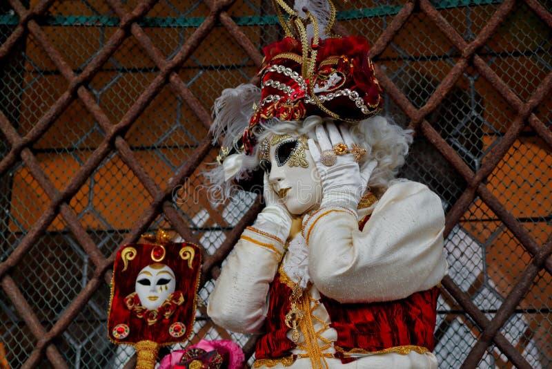 Красочные маска и костюм красно-золота масленицы на традиционном фестивале в Венеции, Италии стоковое изображение rf