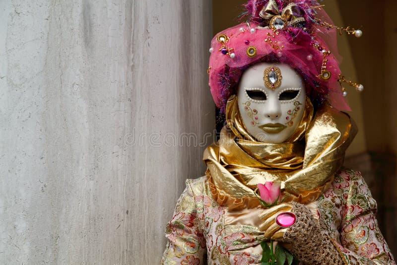 Красочные маска и костюм розов-золота масленицы на традиционном фестивале в Венеции, Италии стоковая фотография