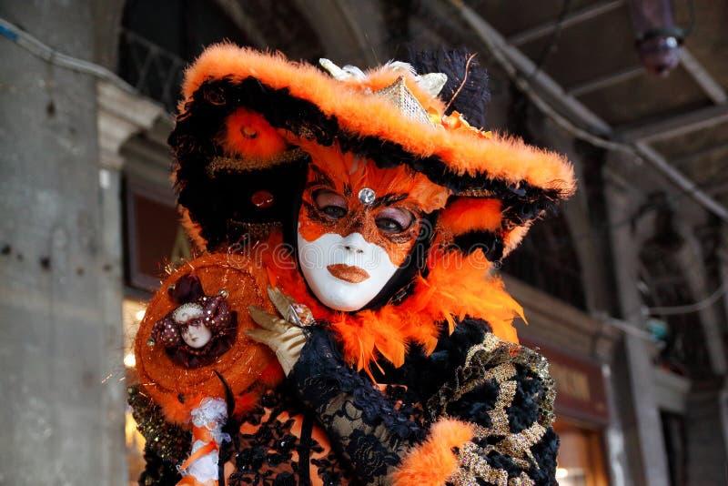 Красочные маска и костюм черно-апельсин-золота масленицы на традиционном фестивале в Венеции, Италии стоковое изображение rf