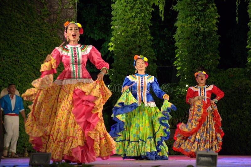 Красочные мексиканские женские танцоры стоковое изображение