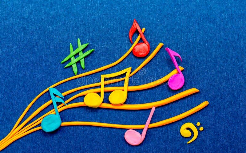Красочные музыкальные примечания сделанные из пластилина стоковые фотографии rf