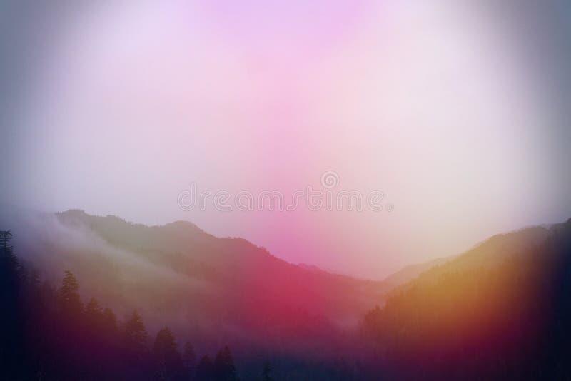 Красочные нерезкости света Солнця оранжевого и красной на больших горах Smokey стоковое изображение rf
