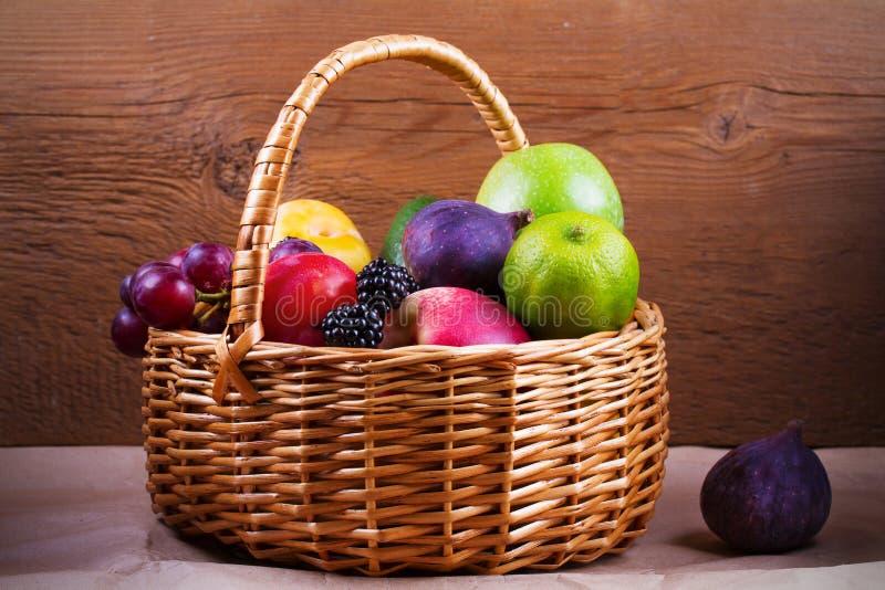 Красочные овощи, плодоовощи и ягоды в корзине - здоровой еде, диета, вытрезвитель, чистая еда или вегетарианская концепция стоковое фото