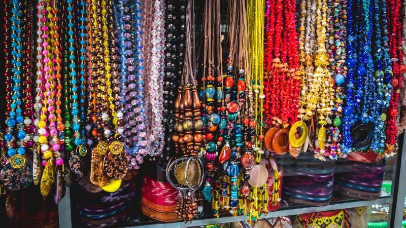Красочные ожерелья в сувенирном магазине стоковая фотография