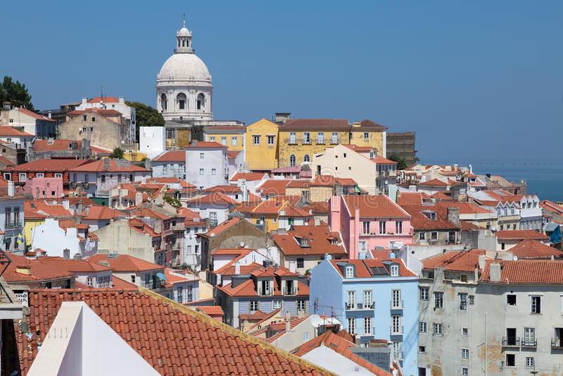Красочные дома в Lisbona и куполе национального пантеона Sant стоковая фотография