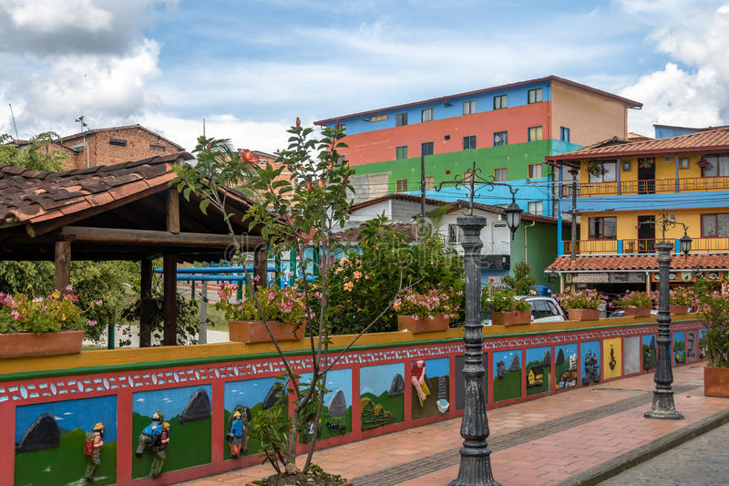 Красочные дома - Guatape, Antioquia, Колумбия стоковое изображение rf