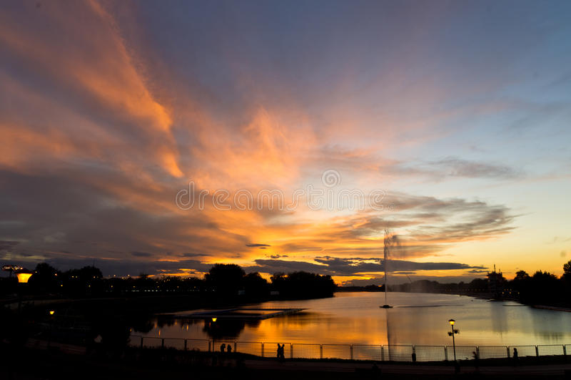 Красочные отражения вечера в октябре на озере Ada отделывают поверхность в Белграде стоковые фотографии rf