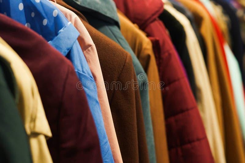 Красочные пальто в магазине призрения стоковое изображение rf
