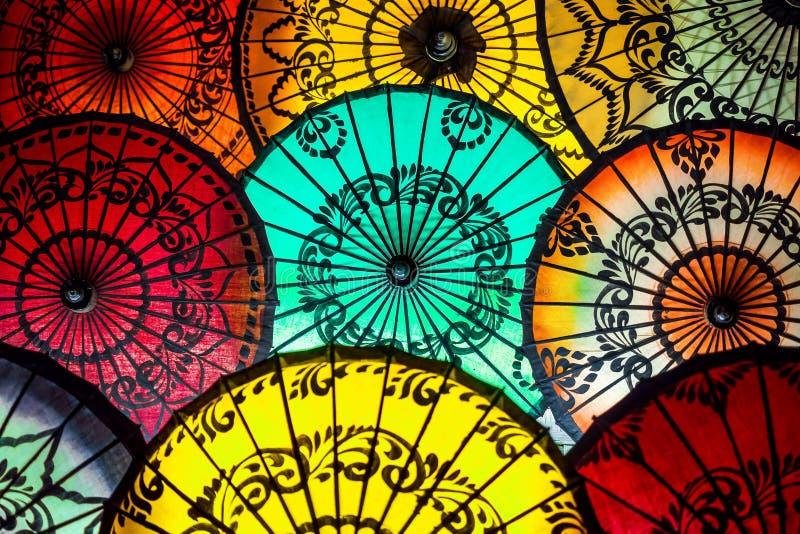 Красочные парасоли на традиционном азиатском рынке в Bagan, Мьянме стоковые изображения