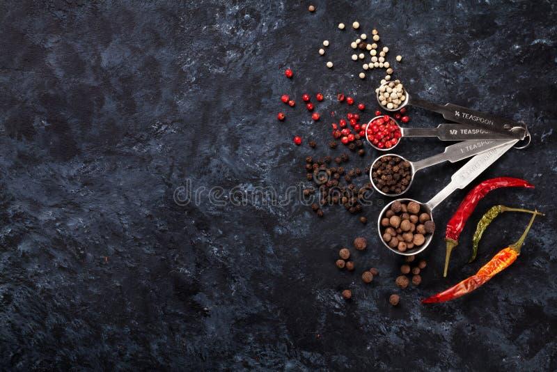 Красочные перцы перчинки и chili стоковое фото rf