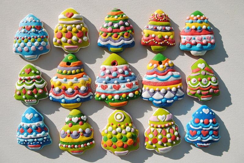 Красочные печенья на белой предпосылке, печенья рождественских елок рождества украшенные для детей стоковые фотографии rf