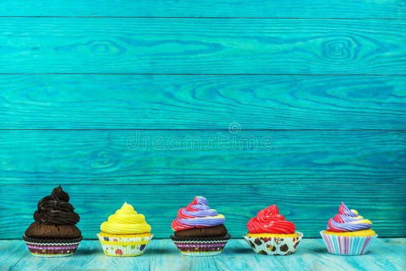 Красочные пирожные на предпосылке березы деревянной стоковая фотография