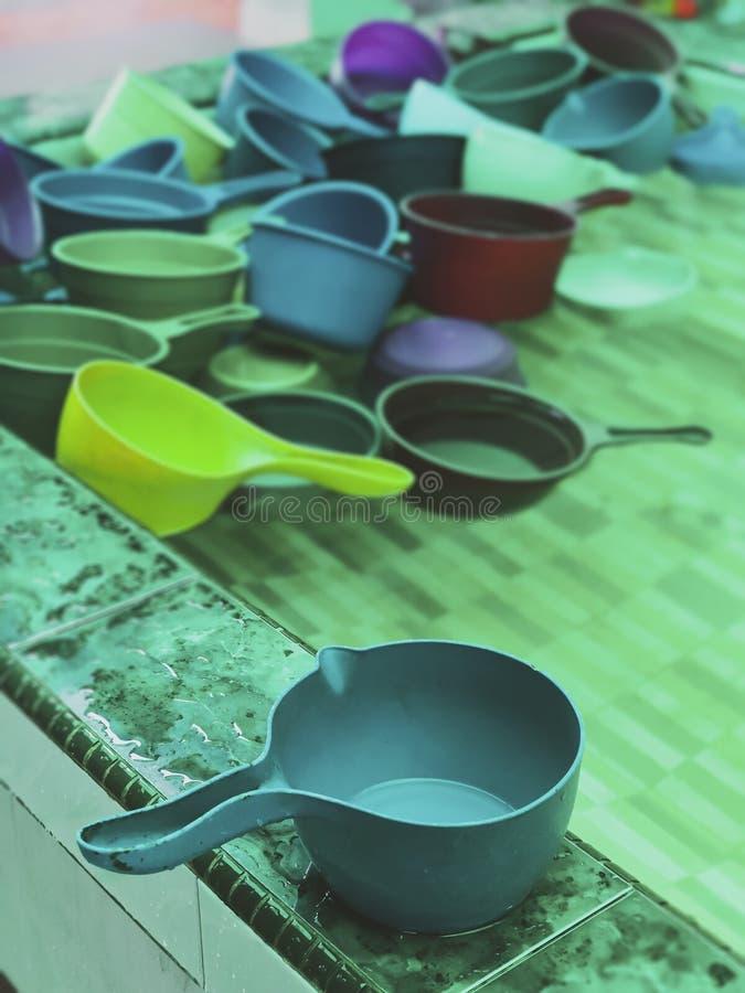 Красочные пластиковые ковши воды обычно используемые мусульманами для того чтобы зачерпнуть воду для очищения омовения перед выпо стоковая фотография
