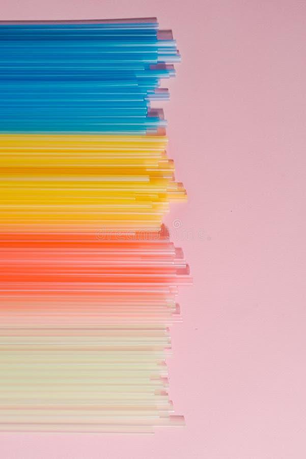 Красочные пластиковые соломы на светлой предпосылке Поставки события и партии Концепция загрязнения земли стоковые изображения