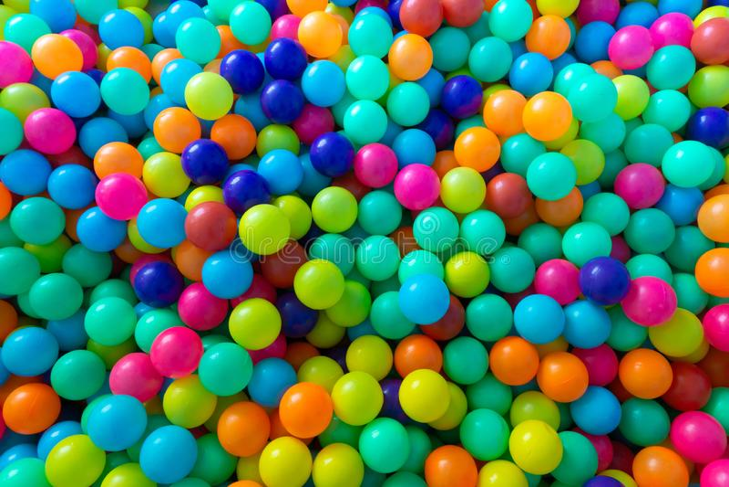 Красочные пластиковые шарики для детей играя в комнате спортивной площадки стоковая фотография rf