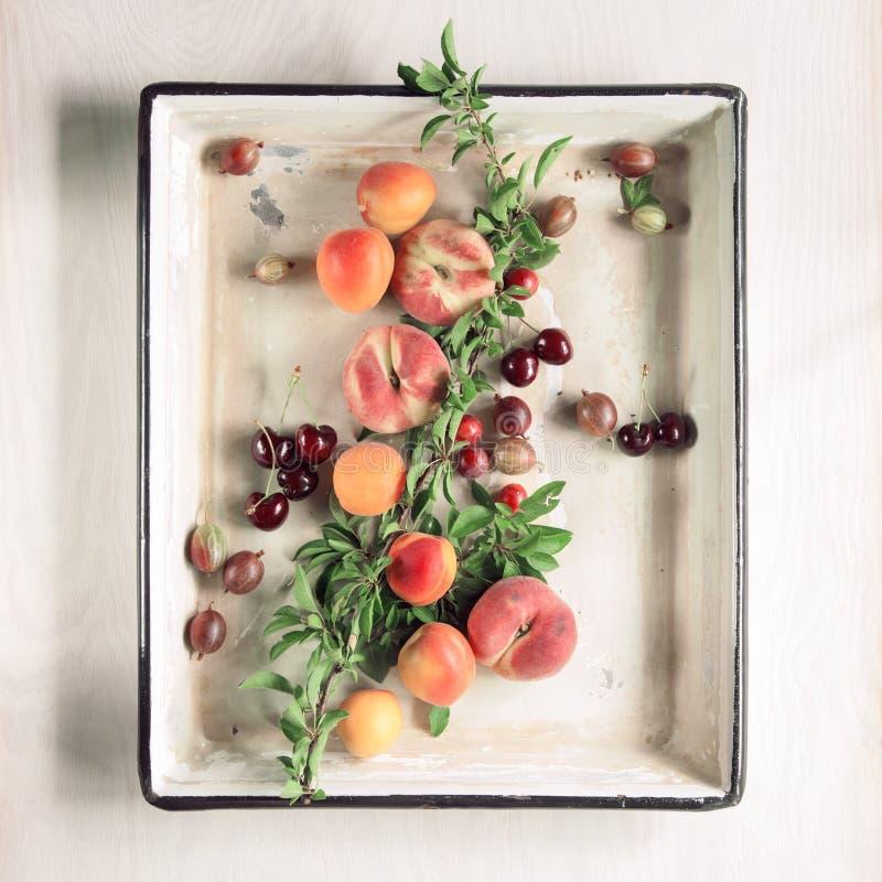 Красочные плодоовощи и ягоды свежие от рынка, украшенного в винтажном подносе выпечки, открытый космос для вашего текста стоковая фотография rf