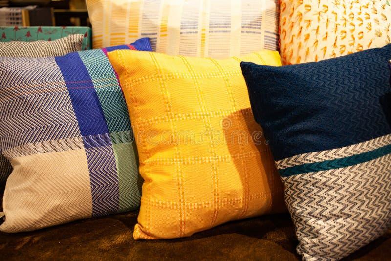 красочные подушки - дизайн интерьера стоковое изображение
