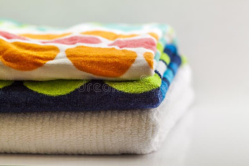 Красочные полотенца ванны хлопка на белой предпосылке стоковые изображения rf