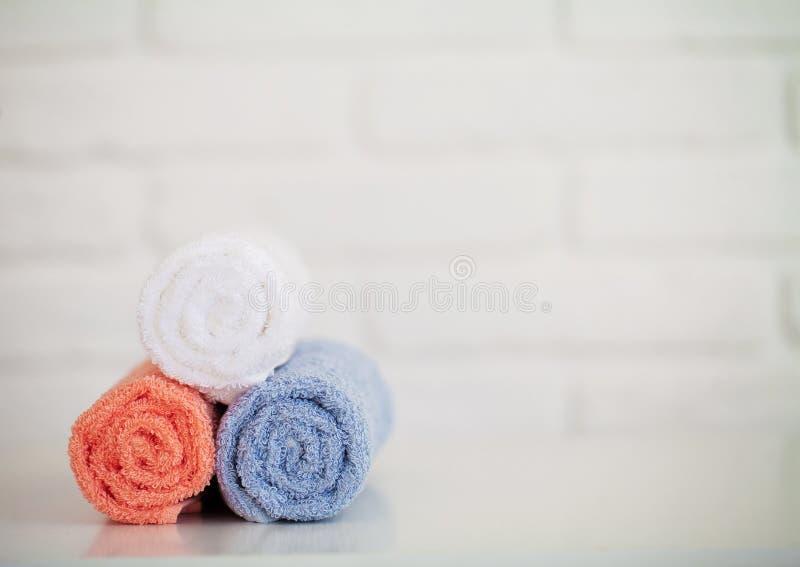 Красочные полотенца хлопка в bathroom на белом деревянном столе стоковое изображение rf