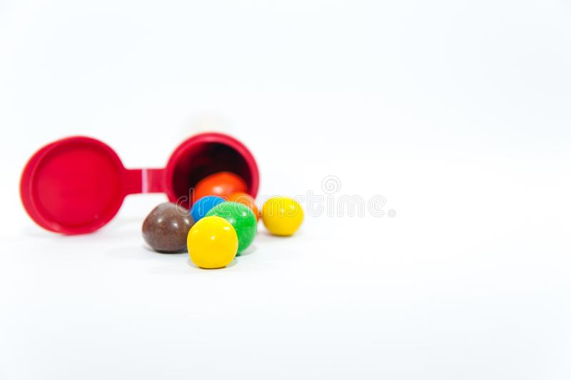 Красочные, популярные арахисы с glazure сахара перед пакетом стоковое изображение