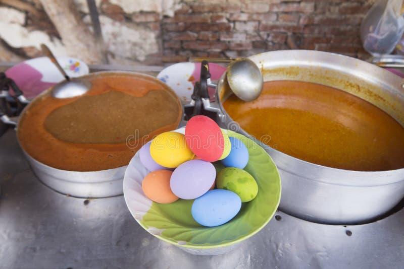 Красочные посоленные яичка утки с супом Местная еда улицы стоковая фотография