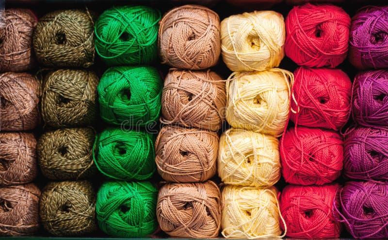 Красочные потоки Выбор красочных шерстей пряжи на shopfront Вязать предпосылка, много шарики Вязать пряжа для стоковое фото
