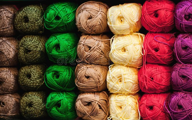 Красочные потоки Выбор красочных шерстей пряжи на shopfront Вязать предпосылка, много шарики Вязать пряжа для стоковые фотографии rf