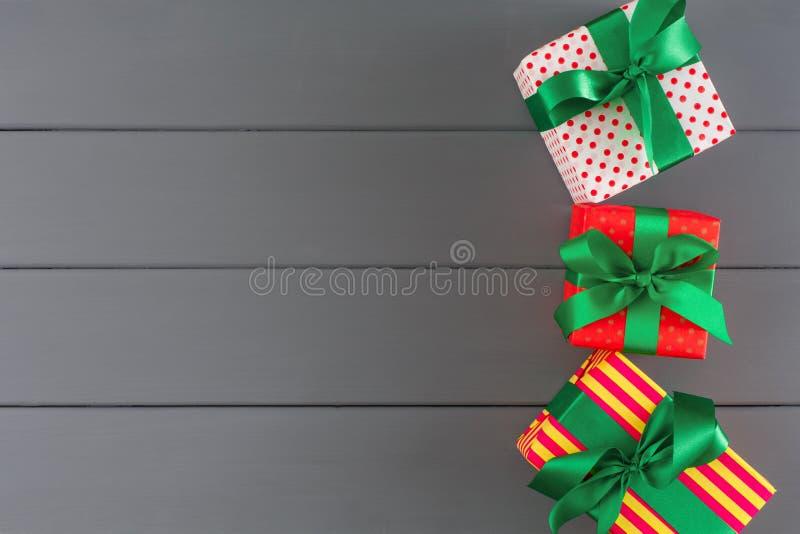 Красочные присутствующие коробки для xmas, Нового Года на деревянной предпосылке стоковые фото