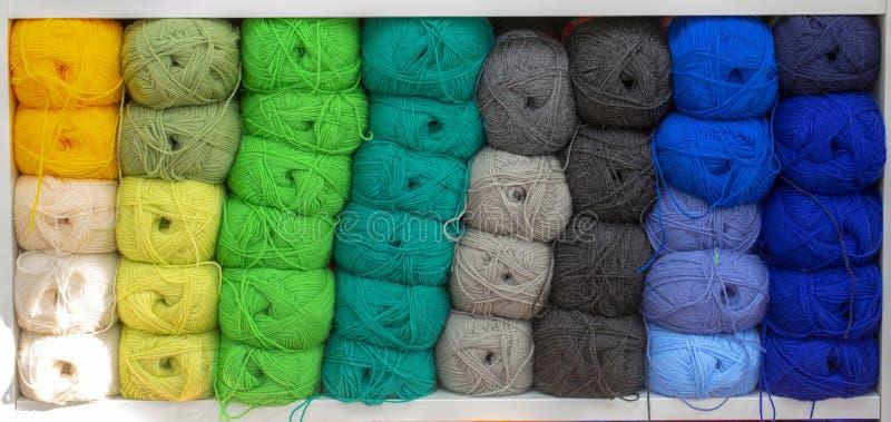 Красочные пряжи для шить на полке Пасма концепции пряжи стоковое фото rf