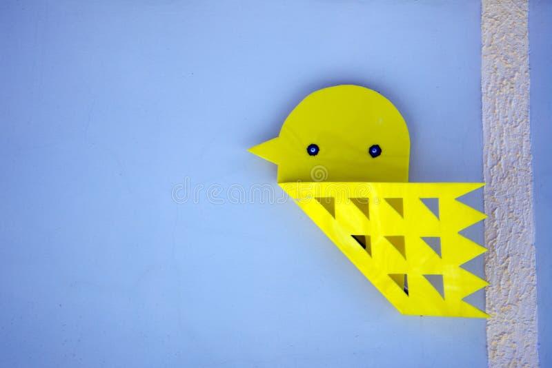 Красочные птицы origami с красочной пластмассой прикалывают ручку с пробковой доской для украшения стоковые изображения rf
