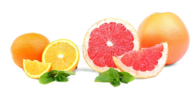 Красочные плодоовощи изолированные на белой предпосылке Отрезанные цитрусы с сочной текстурой свежая мята листьев Здоровый уклад  стоковое фото rf
