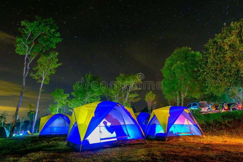 Красочные располагаясь лагерем шатры стоковые фотографии rf