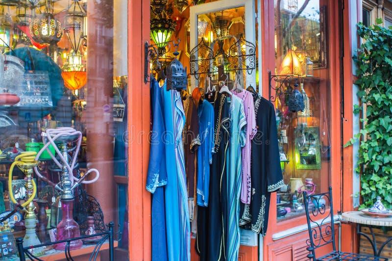 Красочные рубашки вися вне на восток азиатского магазина в Париже, Франции стоковая фотография rf