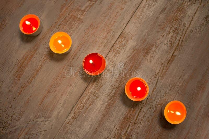 Красочные свечи на деревянных досках стоковые фотографии rf