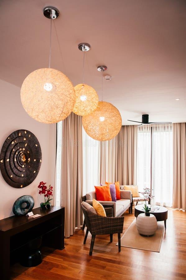 Красочные современные мебель, стулья ротанга, лампы софы, таблицы и педанта стоковое изображение