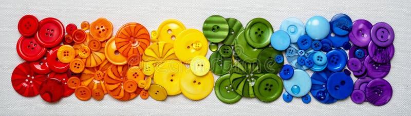 Красочные сортированные шить кнопки на ткани стоковое фото
