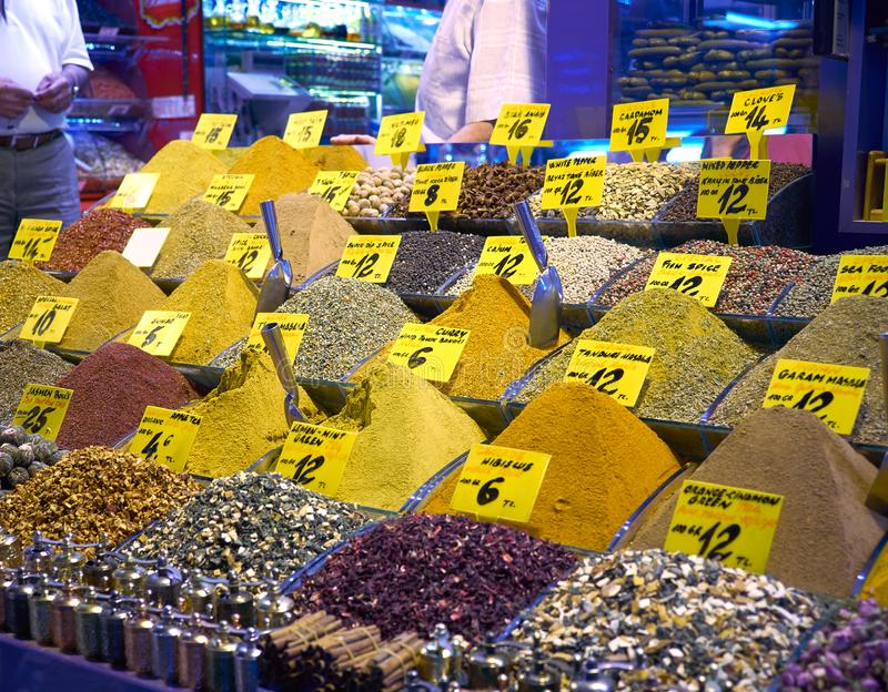 Красочные специи на базаре специи египетском Стамбул индюк стоковое изображение rf