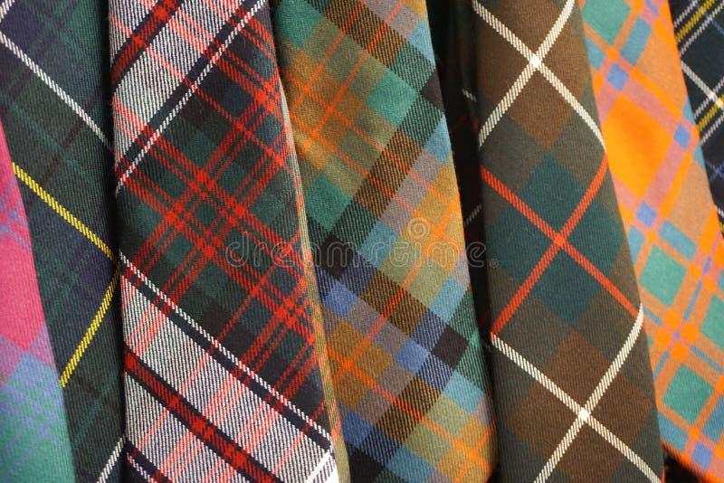 Красочные сплетенные галстуки шотландки тартана шерстей стоковая фотография