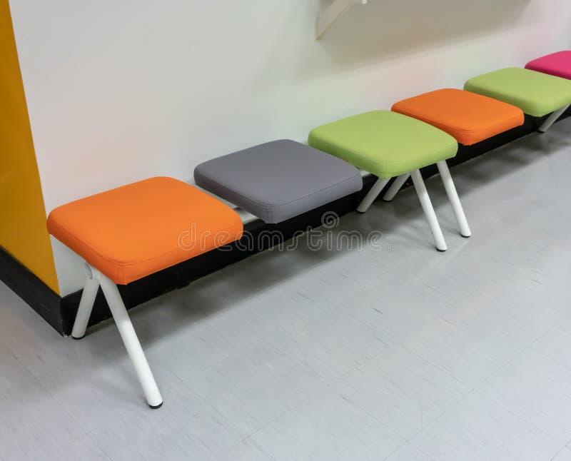 Красочные стулья с валиком ткани в пределах зоны отдыха стоковые фото