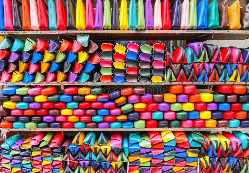 Красочные сумки, случаи eyeglass на местном рынке милан Италия стоковая фотография