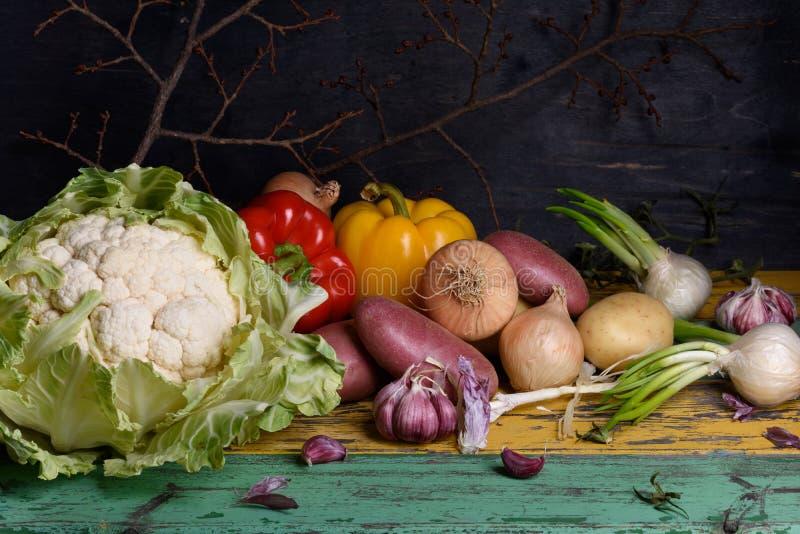 Красочные сырцовые овощи, здоровые варя ингридиенты на деревенском деревянном столе стоковые изображения rf